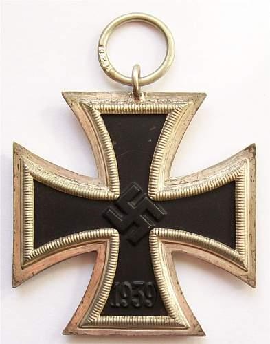 How do you tell the difference between an Eisernes Kreuz 1st class and an Eisernes Kreuz 2nd class?