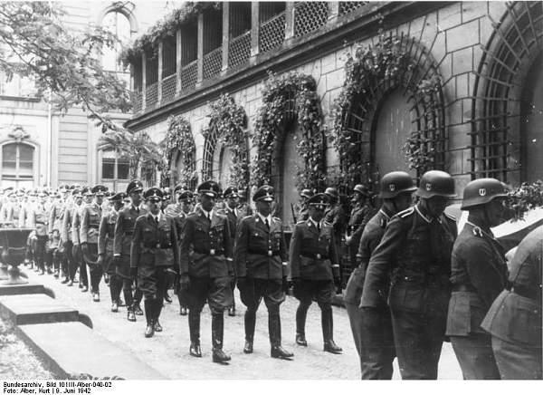 Bundesarchiv_Bild_101III-Alber-040-02,_Berlin,_Beisetzung_Reinhard_Heydrich.jpg