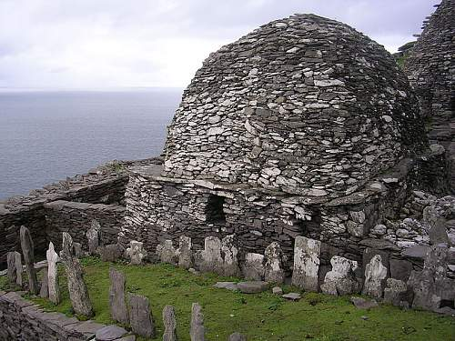 Click image for larger version.  Name:800px-Skellig_Michael_-_cemetery_and_large_oratory.jpg Views:1 Size:149.3 KB ID:596165