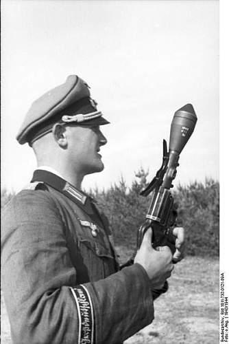 400px-Bundesarchiv_Bild_101I-732-0121-09A%2C_Russland%2C_Soldat_der_Division_%22Gro%C3%9Fdeutsch.jpg
