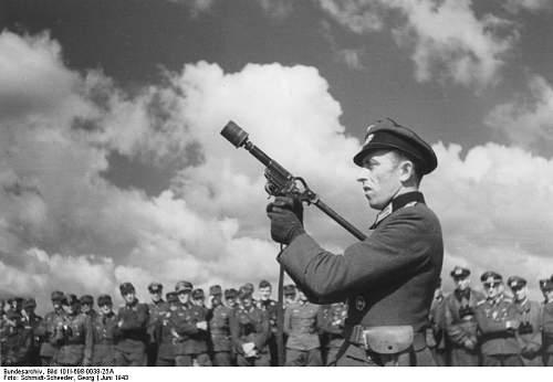 Bundesarchiv_Bild_101I-698-0038-25A%2C_Russland%2C_Waffenvorf%C3%BChrung.jpg