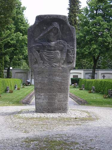 Click image for larger version.  Name:Denkmal LA 1939-45 2.jpg Views:0 Size:109.5 KB ID:847422
