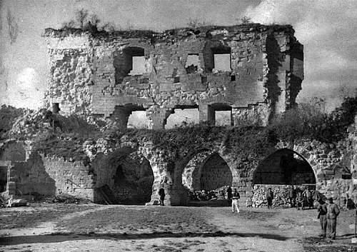 Click image for larger version.  Name:la cour du donjon 1917.jpg Views:0 Size:119.4 KB ID:909300