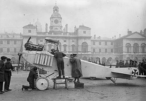 Click image for larger version.  Name:November 1915 British soldiers inspect a captured German plane at the Horse Guards Parade in Lon.jpg Views:0 Size:132.9 KB ID:914283