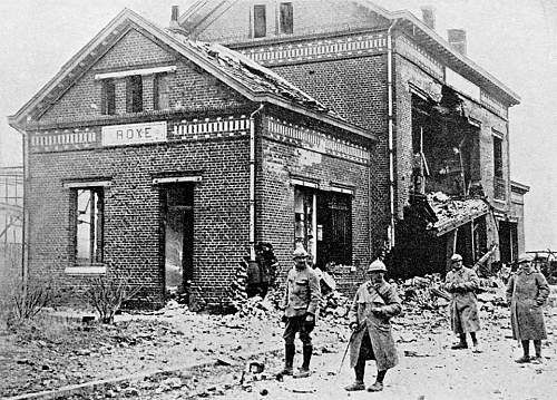 Click image for larger version.  Name:1917 Soldiers stand outside the ruins of the railway station at Roye, Somme, France.jpg Views:1 Size:200.3 KB ID:953344