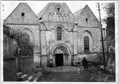 Click image for larger version.  Name:L'église, un des seuls bâtiments de la ville restés intacts.jpg Views:0 Size:121.5 KB ID:978481