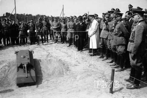 Click image for larger version.  Name:Maus_Demonstration_model_for_remote_control_and_a_wooden_model_probably_1_1_M_Adolf_Hitler_and_h.jpg Views:211 Size:38.9 KB ID:679213