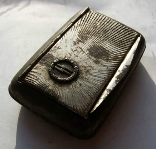 Click image for larger version.  Name:o_ww2-german-waffen-ss-nazi-cigarette-case-box-badge-e108.jpg Views:436 Size:178.6 KB ID:766478