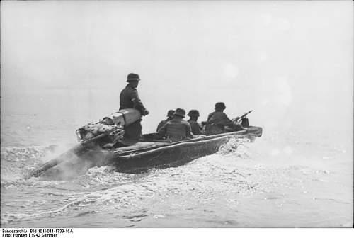 Bundesarchiv_Bild_101I-011-1739-16A,_Russland,_Nord,_Soldaten_in_Sturmboot.jpg