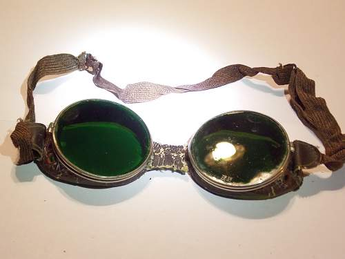 Looking for some help. Need to ID these goggles.