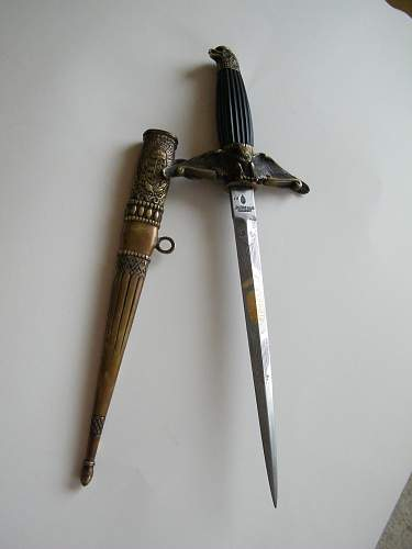 Can anyone please help me identify this dagger!