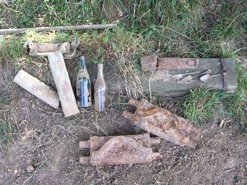 Mg42 top cpver, 2 x sherman links, 1939 dated fork, 42 dated fork, spoon, British bottles,  75mm.jpg