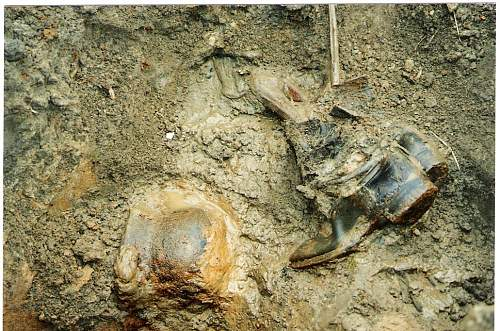 Warning graphic images: St George's searching group:Wolchow Front 2004.