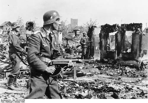 Click image for larger version.  Name:Rothkopf_Bundesarchiv_Bild_183-B22478,_Stalingrad,_Luftwaffen-Soldaten_in_Ruinen.jpg Views:16 Size:79.0 KB ID:484037