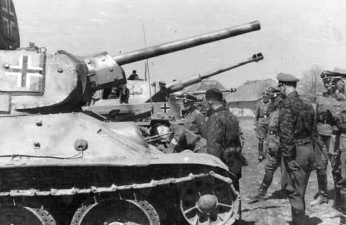 Bundesarchiv_Bild_101III-Hoffmann-023-11,_Russland,_bei_Charkow,_Himmler_bei_SS-Division_-Das_Re.jpg