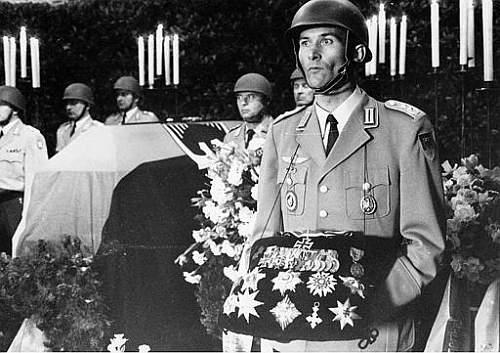 Click image for larger version.  Name:Ordenskissen cushion pillow of Franz Halder in funeral ceremony.jpg Views:1192 Size:42.9 KB ID:692467