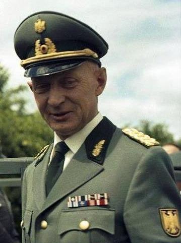 Name:  Bundesarchiv_B_145_Bild-F010964-0003,_Lübeck,_Jubiläum_BGS,_Ausschnitt_Samlowski.jpg Views: 114 Size:  98.5 KB