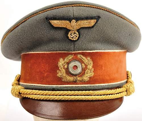 Click image for larger version.  Name:Schirmmütze Adolf.. Hitler 1939.jpg Views:2332 Size:158.8 KB ID:351047