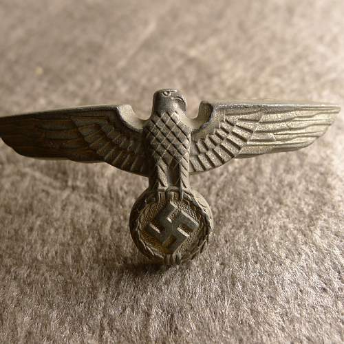 Unmarked one piece cockade and cap eagle, brass pins, very curved eagle?
