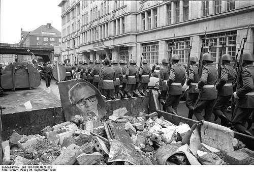 Click image for larger version.  Name:Bundesarchiv_Bild_183-1990-0926-029,_Berlin,_letzter_Wachaufzug_der_Nationalen_Volksarmee.jpg Views:86 Size:88.5 KB ID:893541