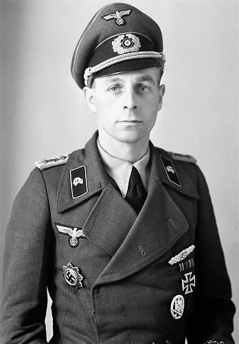 Click image for larger version.  Name:Panzer Studio uniform photo pose02.jpg Views:13 Size:179.3 KB ID:1045753