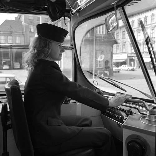 Click image for larger version.  Name:Jahre 1970 wurde die erste Straßenbahn von einer Frau durch die Straßen Wiens gefahren.jpg Views:2 Size:57.7 KB ID:1067895