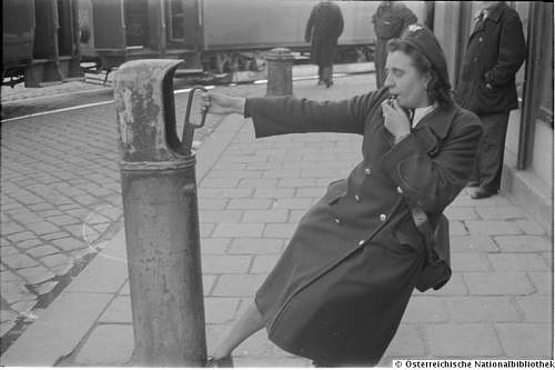 Click image for larger version.  Name:Schaffnerin stellt die Weichen.1950.jpg Views:1 Size:47.3 KB ID:1067904