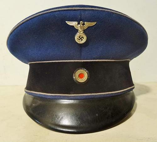 Identification of this officer's cap?