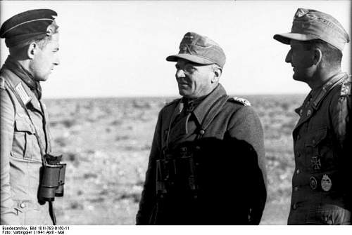 Click image for larger version.  Name:Bundesarchiv_Bild_101I-783-0150-11,_Nordafrika,_Offiziere_bei_Besprechung.jpg Views:186 Size:44.7 KB ID:155845