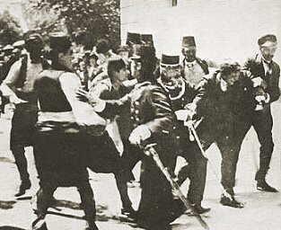 Name:  Festnahme_der_Attentaeter_Sarajewo_1914.jpg Views: 259 Size:  14.8 KB