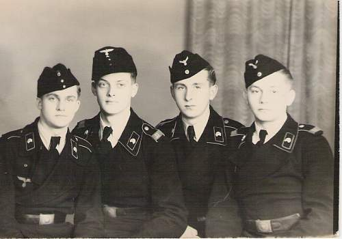 Click image for larger version.  Name:Panzer soldiers.jpg Views:212 Size:173.7 KB ID:546689