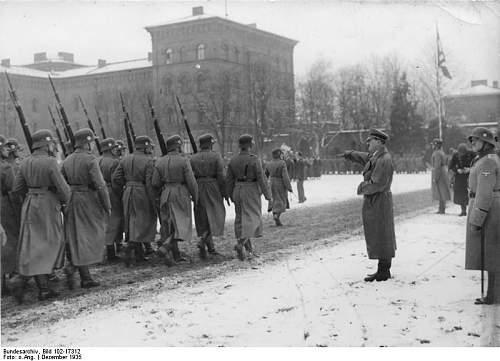 Click image for larger version.  Name:Bundesarchiv_Bild_102-17312,_Berlin-Lichterfelde,_Hitler_bei_Leibstandarte.jpg Views:64 Size:56.0 KB ID:575536