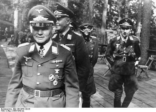 Click image for larger version.  Name:Bundesarchiv_Bild_146-1979-128-35,_Ramcke,_Kurt_Student,_Hans_Kroh.jpg Views:184 Size:68.6 KB ID:597232