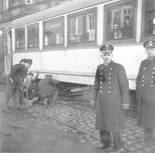 Click image for larger version.  Name:7_33_Tram_Wuppertal_Linie19_nach_Ronsdorf_Anhaenger_wird_aufgebockt.jpg Views:138 Size:143.8 KB ID:702631