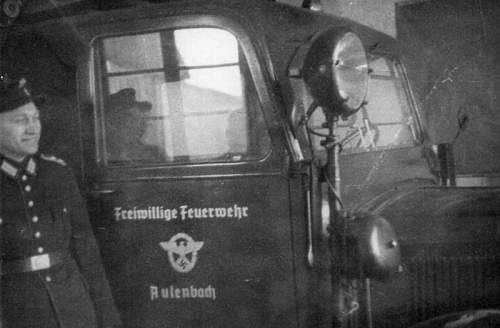 Click image for larger version.  Name:800px-Aulowönen_-_Ksp__Aulenbach_-_1940-00-00_-_neues_Feuerwehrauto_.jpg Views:153 Size:54.4 KB ID:702847