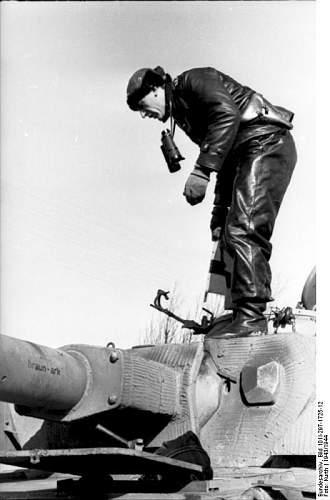 Click image for larger version.  Name:Bundesarchiv_Bild_101I-297-1725-12,_Im_Westen,_Panzersoldat_auf_Panzer_IV.jpg Views:175 Size:45.3 KB ID:784239
