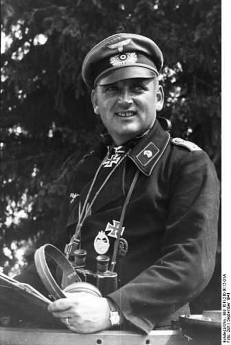 Click image for larger version.  Name:Bundesarchiv_Bild_101I-210-0112-01A,_Russland,_Panzeroffizier.jpg Views:52 Size:50.1 KB ID:818008