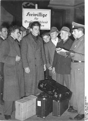 Click image for larger version.  Name:Bundesarchiv_Bild_146-1994-107-05A,_Ankunft_Kriegsfreiwilliger_auf_Bahnhof.jpg Views:14 Size:60.4 KB ID:893477