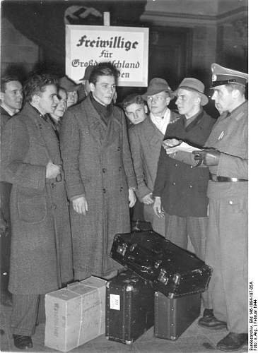 Click image for larger version.  Name:Bundesarchiv_Bild_146-1994-107-05A,_Ankunft_Kriegsfreiwilliger_auf_Bahnhof.jpg Views:35 Size:60.4 KB ID:893477