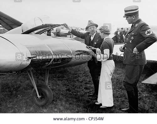 Click image for larger version.  Name:oskar-ursinus-and-hanna-reitsch-look-at-the-flying-wing-glider-horten-CPJ54W.jpg Views:52 Size:120.7 KB ID:923447