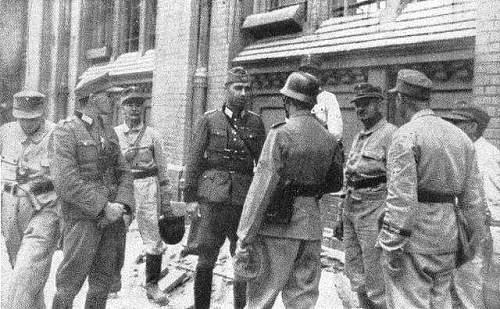 Click image for larger version.  Name:Major_Sarnow_and_his_Sprengkommando_during_the_Warsaw_Uprising.jpg Views:11 Size:52.3 KB ID:993148