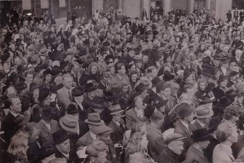 Click image for larger version.  Name:Fotoalbum 10 Arendal P� torget 07.06.1945 800x500.jpg Views:101 Size:83.5 KB ID:233721