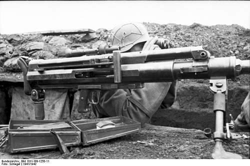 Click image for larger version.  Name:Bundesarchiv_Bild_101I-189-1250-11,_Russland-Süd,_Soldat_mit_Panzerbüchse.jpg Views:154 Size:62.6 KB ID:559674