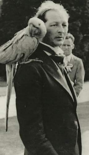 Click image for larger version.  Name:ef morgan with parrot.jpg Views:15 Size:29.3 KB ID:729737