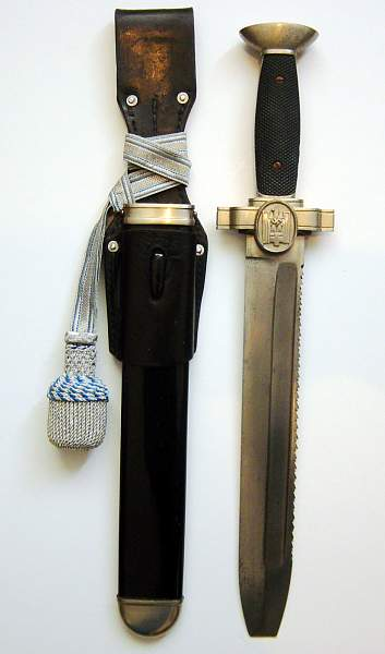 There are some strange questions about Rote Kreuz dagger
