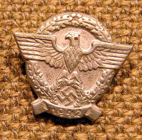 Police cap badge, Police WHW tinnie and Heer marksmans lanyards badge: authentic pieces or not?