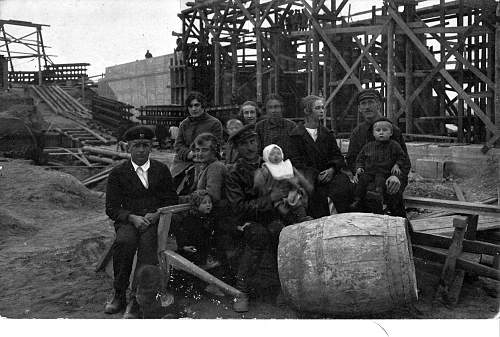 Click image for larger version.  Name:Catharina Steinau side profile & Eugene Steinau next to barrel with their children.jpg Views:254 Size:262.2 KB ID:121045