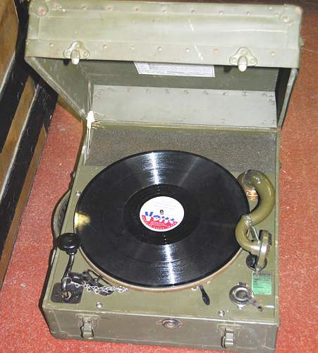 WW2 mechanical field phonograph portelec 9C, or later version?