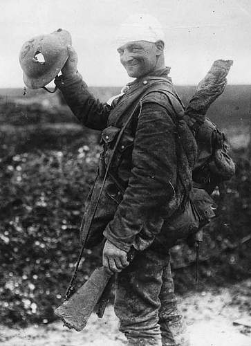 Click image for larger version.  Name:Lucky British soldier shows off his damaged helmet, 1918 - copia.jpg Views:78 Size:90.9 KB ID:684526