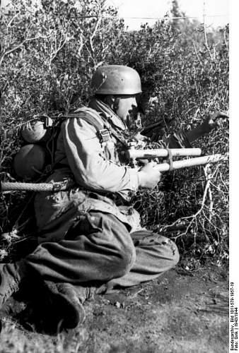 Click image for larger version.  Name:Bundesarchiv_Bild_101I-579-1957-19,_Italien,_Fallschirmjager_mit_Flammenwerfer.jpg Views:137 Size:142.8 KB ID:895944